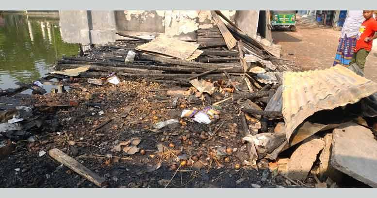 শাহরাস্তিতে বৈদ্যুতিক শর্ট সার্কিটে ৪দোকান পুড়ে ছাই